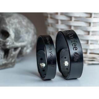 Черный узкий браслет с гравировкой